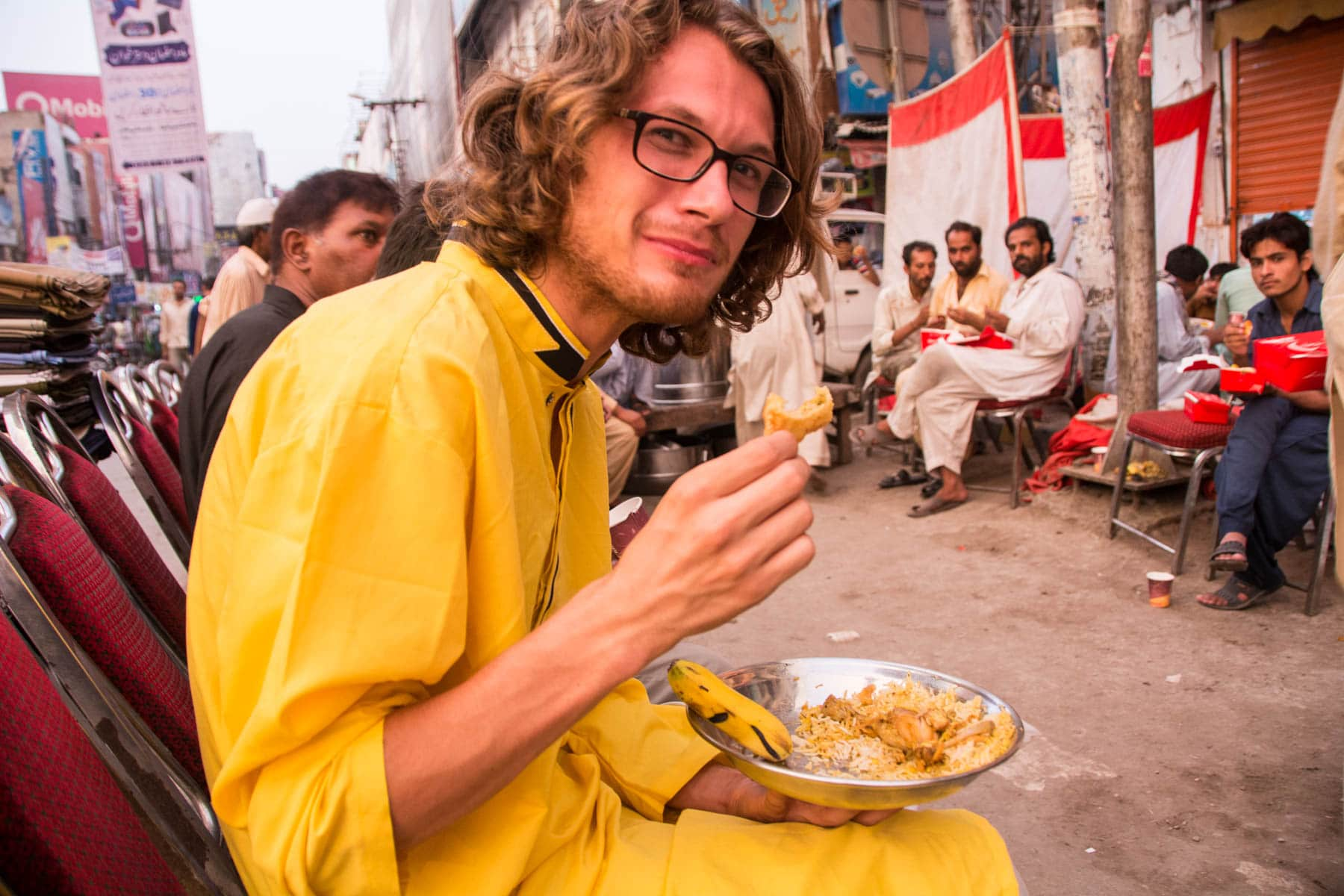 Sebastiaan living tales of Pakistani hospitality as he devours iftar food on the road in Lahore